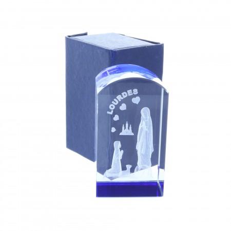 Cubo di vetro inciso laser 3D arrotondato riflessi azzurri e Apparizione di Lourdes 8,5 cm