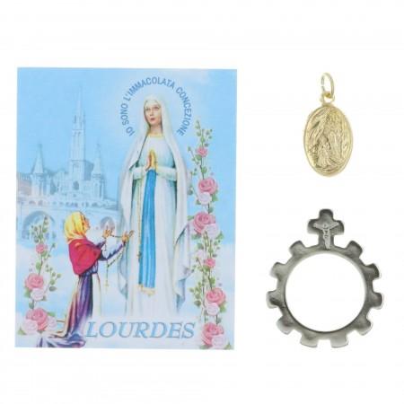 Image de Lourdes avec des prières multilingues, une médaille de Lourdes et un dizainier