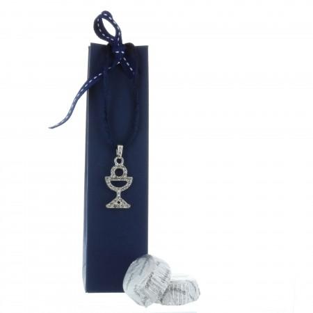 Boîte de Communion avec un collier religieux et chocolats
