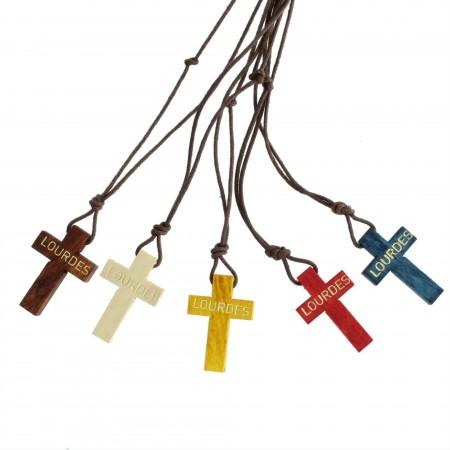 Assortiment de 5 colliers avec une croix de Lourdes en bois coloré
