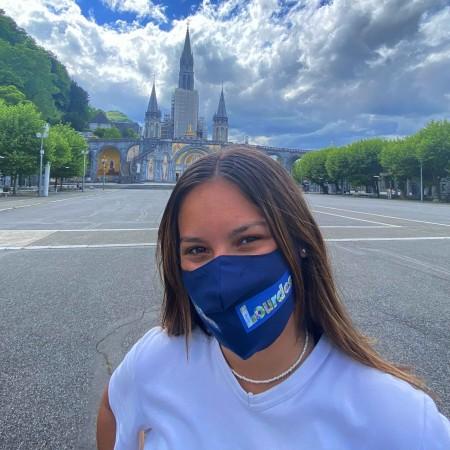 Maschera di tessuto con la scritta Lourdes